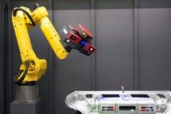 Automatyzujący skanerowanie 3D przeszukiwacz wspinający się na mechanicznej ręce Fotografia Royalty Free