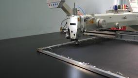 Automatyzuj?ca maszyna haftuje wz?r na sztucznej sk?rze Robotyka pracy w krawiectwo linii produkcyjnej Robota szyć zdjęcie wideo