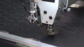 Automatyzuj?ca maszyna haftuje wz?r na sztucznej sk?rze Robotyka pracy w krawiectwo linii produkcyjnej Robota szy? zbiory wideo