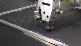 Automatyzuj?ca maszyna haftuje wz?r na sztucznej sk?rze Robotyka pracy w krawiectwo linii produkcyjnej Robota szy? zdjęcie wideo