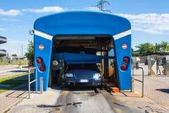 Automatyzujący wrotny carwash z samochodowym bieg Fotografia Stock