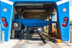 Automatyzujący wrotny carwash z samochodowym bieg Zdjęcie Stock