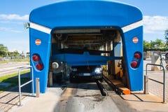 Automatyzujący wrotny carwash z samochodowym bieg Zdjęcia Royalty Free