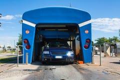 Automatyzujący wrotny carwash z samochodowym bieg Fotografia Royalty Free