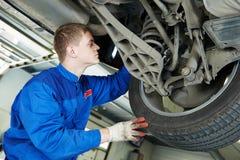 Automechaniker an den eximining Autobremsbacken Stockfotos