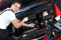 Automechaniker, der Öl überprüft. Stockbild