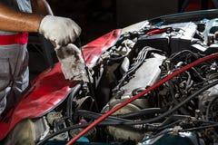 Automechaniker, der Öl, Autoreparaturservice überprüft stockfotos
