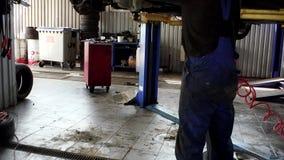 Automechaniker, der an der Auto-Werkstatt arbeitet Neigung oben stock video