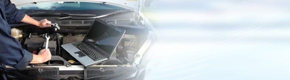 Automechaniker, der im Autoreparaturservice arbeitet stockbilder