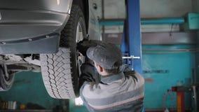 Automechaniker, der Rad auf Auto ersetzt stock video