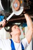 Automechaniker in der Werkstatt Lizenzfreie Stockfotografie