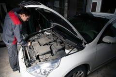 Automechaniker Hübscher lächelnder Mechaniker Stockfoto