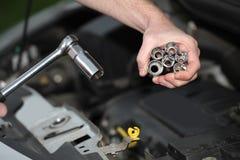 Automechaniker mit Chrom überzogenem Schlüssel in der Nahaufnahme Stockfoto