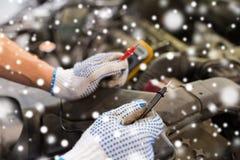 Automechaniker mit Vielfachmessgerätprüfungsbatterie Lizenzfreie Stockfotos