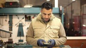 Automechaniker in seiner Werkstatt stock video