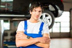 Automechaniker in seiner Werkstatt Immagine Stock Libera da Diritti