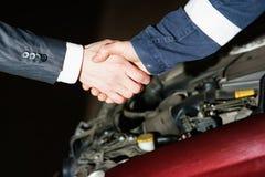 Automechanikerhändedruck Lizenzfreie Stockfotos