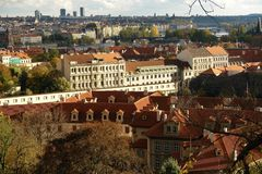Automne à Prague, les toits rouges des maisons au soleil, fenêtres, fenêtres, fenêtres images libres de droits