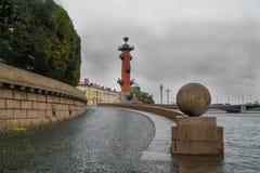 Automne à St Petersburg La descente vers la rivière Neva au centre de la ville Photographie stock libre de droits