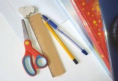 Automne école Approvisionnements sur le fond blanc prêt pour votre conception Photos stock