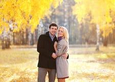 Automne, amour, relations et concept de personnes - beau couple Photos libres de droits