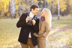Automne, amour, relations et concept de personnes - beau couple Image stock
