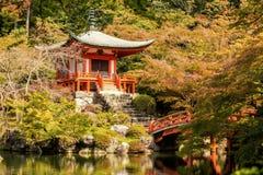Automne au temple de daigoji avec coloré images stock