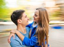 Automne autour Jeunes amants de couples Photo libre de droits