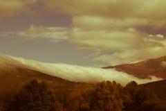 Automne brumeux et nuageux haut dans les montagnes Photo libre de droits
