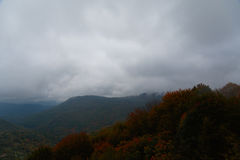 Automne brumeux et nuageux haut dans les montagnes Images stock