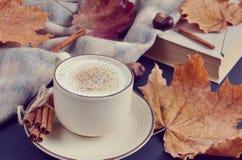 Automne chaud de cappuccino de café de tasse de thé Images stock