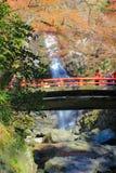 Automne chez Minoo Waterfall, Osaka, Japon Cette cascade est attraction naturelle principale du ` s de parc de Minoo, avec une ta photos stock