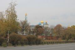 Automne d'or dans le jour nuageux gris de Sergiev-Posad Russie photographie stock libre de droits