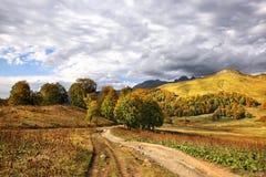 Automne dans les montagnes de Caucase photo stock