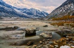 Automne dans les portées supérieures de la rivière Arhat Photos libres de droits