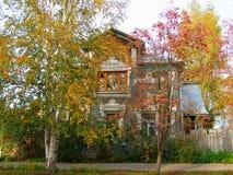 Automne dans Vologda Vieille maison russe avec les fenêtres découpées photos stock
