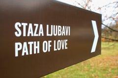 Automne de connexion pour la promenade d'amour dans la forêt Image libre de droits