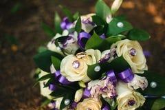 Automne de feuilles d'anneaux de mariage de détails photographie stock