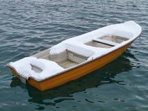 Automne de neige sur un bateau photographie stock libre de droits