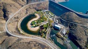 Automne de vue aérienne de Lucky Peak Earthen Hydroelectric Dam images stock