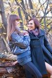 Automne, deux filles en stationnement, forêt Image stock
