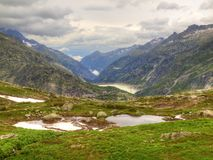 Automne en hautes montagnes alpines Nuages brumeux lourds de contact foncé de crêtes Fin froide et humide du jour dans les Alpes Photo libre de droits