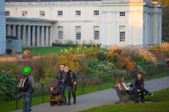Automne en parc, habitants et familles de Londres marchant et appréciant le temps Image libre de droits