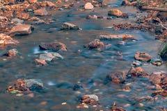 Automne en rivière d'Extrême-Orient de forêt russe images libres de droits