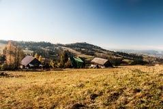 Automne gentil Beskids silésien avec le règlement dispersé, le pré et la colline d'Ochodzita en Pologne Images libres de droits