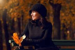 Automne heureux de la vie d'une femme Photographie stock