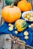 Automne Moissonnez les potirons oranges et verts, pommes, les poires, ail sur le fond en bois de vintage, photo libre de droits