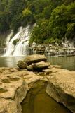 Automne montant en cascade de l'eau Photos libres de droits