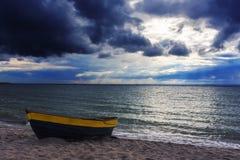 Automne Nuages de tempête au-dessus de la mer Photo stock