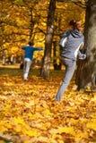Automne s'étendant en parc Photo libre de droits